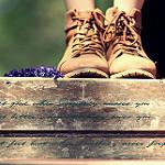 Аватар Ножки девушки в ботинках рядом с цветами