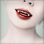 Аватар Вампирша мило улыбается, склонив голову набок