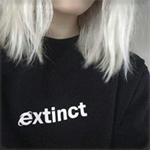 Аватар Девушка с белыми волосами, в черной толстовке с надписью extinct
