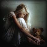 Аватар Грустная девушка сидит возле плюшевого медвежонка