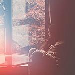 Аватар Девушка смотрит в окно на пожелтевшие деревья