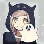 Аватар Анимешная девочка в черном капюшоне с рожками и с заколкой в виде косточки, с игрушечным призраком