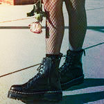 Аватар Ножки девушки в ботинках и роза