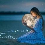 Аватар Девушка с луной в руках