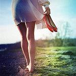 Аватар Девушка с красными туфлями в руке идет босиком по земле