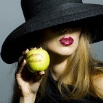 Аватар Девушка в шляпе с яблоком в руке