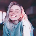 Аватар Девушка с розовыми волосами улыбается