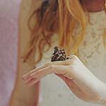 Аватар На руке девушки бабочка