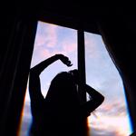 Аватар Силуэт девушки у окна