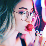 Аватар Девушка в очках сосет леденец