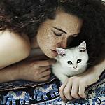 Аватар Девушка обнимает белого котенка