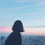 Аватар Девушка смотрит на город под закатным небом