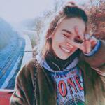 Аватар Улыбающаяся девушка на фоне железнодорожных путей
