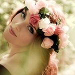 Аватар Девушка с розами на волосах