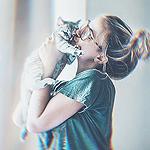 Аватар Девушка держит на руках котенка