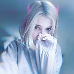 Аватар Девушка с подрисованными рожками держит в руке игрушку Китти