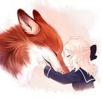 Аватар Маленькая светловолосая девочка обнимает и целует мордочку большого лиса