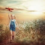 Аватар Девочка с игрушечным самолетиком, фотограф Edie Layland