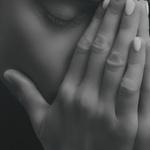 Аватар Девушка прикрыла лицо рукой. Фотограф Александр Кривицкий