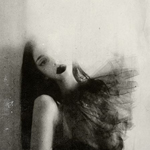 Аватар Темноволосая девушка, половина лица которой засветили