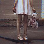Аватар Девушка с окровавленными руками держит плюшевую ламу, перепачканную кровью, у ее ног лежит бита