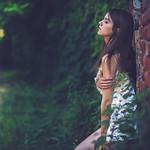 Аватар Девушка стоит у стены