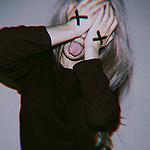 Аватар Девушка высунула язык, закрыв глаза руками, на которых нарисованы черные крестики