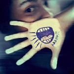 Аватар Парень держит руку с рисунком на ладошке перед собой