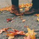 Аватар Ножки парня и девушки, стоящих на дороге с осенними листьями
