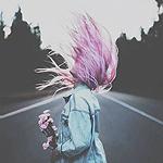 Аватар Девушка с букетом роз стоит на дороге