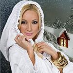 Аватар Девушка в белом балахоне на фоне дома
