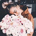 Аватар Счастливая девушка с букетом пионов