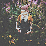 Аватар Девушка стоит на фоне цветов