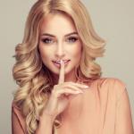 Аватар Красивая модель держит палец у рта
