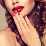 Аватар Красивая модель с держит руку у лица