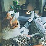 Девушка с чашкой кофе и кот