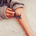Аватар Тату птицы на руке у девушки