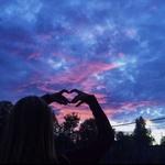 99px.ru аватар Девушка делает руками сердечко, стоя под сумрачным небом