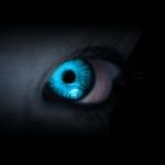 99px.ru аватар Глаз человека, горящий неоновым светом, в сумраке