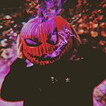 99px.ru аватар Парень со светильником Джека на голове, из которого идет сиреневый дым