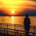 99px.ru аватар Девушка стоит на набережной на фоне заката солнца