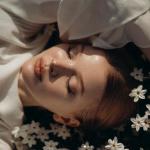 99px.ru аватар Девушка с закрытыми волосами, украшенными белыми цветами