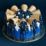 99px.ru аватар Фруктовый торт, украшенный рожками с черникой и черничным кремом и засыпанный черникой, стоит на блюде