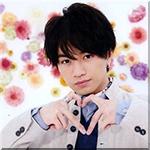 99px.ru аватар Певец и актер Накаджима Кенто / Nakajima Kento из группы Sexy Zone стоит на цветочном фоне и изображает сердечко c помощью пальцев