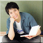 99px.ru аватар Певец и актер Шигеока Дайки / Shigeoka Daiki из группы Джоннис ВЕСТ / Johnny's WEST сидит на фоне школьной доски и держит в руке учебник