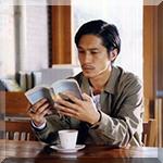 99px.ru аватар Певец Нишикидо Ре / Nishikido Ryo сидит в кафе с книгой, перед ним чашка и блюдце