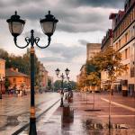 Конкурсная работа Улица в городе с фонарями и осенними деревьями после дождя