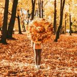 99px.ru аватар Девушка с букетом осенних листьев в городском парке