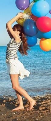 Обои Девушка у воды с воздушными шарами