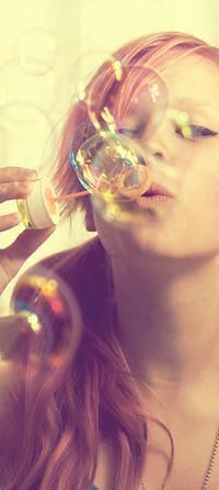 Обои девушка и мыльные пузыри